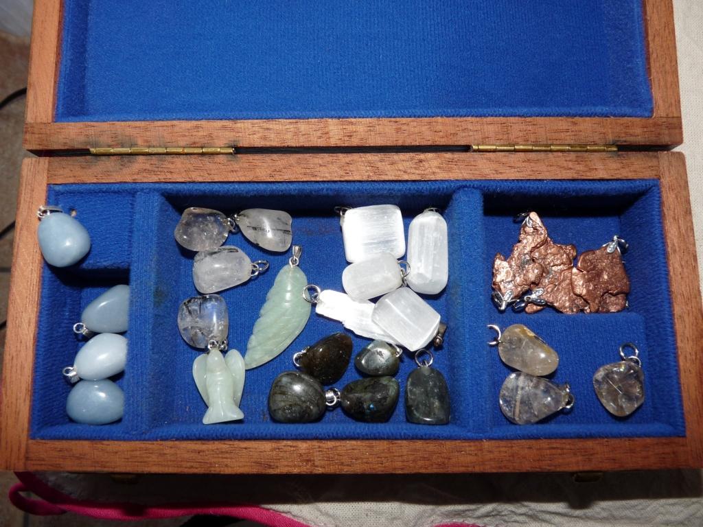 Flavie Dode Naturopathie Réflexologies Bien-être Cristaux Pierres Lithothérapie brut pendentifs angelite quartz tourmaline noire aile ange jade sélénite cuivre natif labradorite quartz rutilé