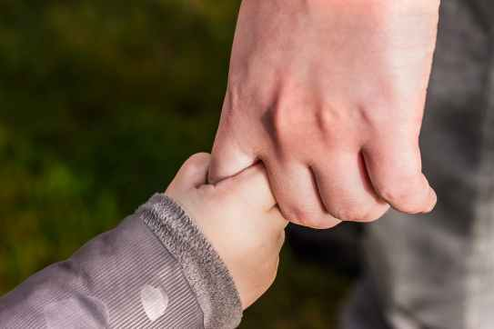 enfant main Flavie Dode Naturopathie Aromathérapie Synergie Huiles essentielles