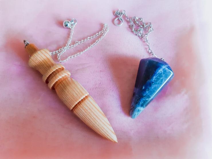 Mes 2 pendules Sodalite cristal lithothérapie bois mélèze jura suisse Bien-être Angéline Ange Angélique énergie soin énergétique