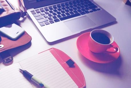 café accro travail ordi téléphone bloc note